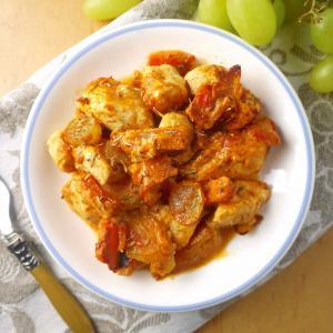 Cubos de pollo con queso crema y nubes de tomate