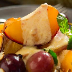 Braseado de frutas con crema de yoghurt y confitura de maracuyá