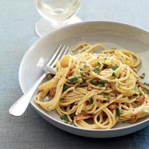 Spaghetti aglio olio e peperoncino con nubes de tomate