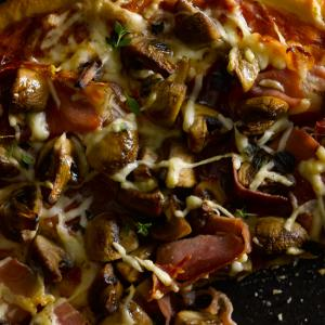 PIZZA AL TARTUFO, FUNGHI E PROSCIUTTO