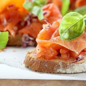 Bruschetones de salmón y tomates