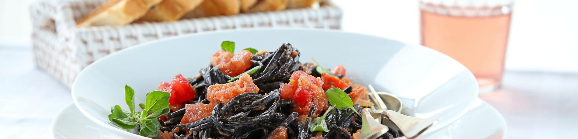 Spaghetti Nero di Seppia con salsa de anchoas a la trufa negra