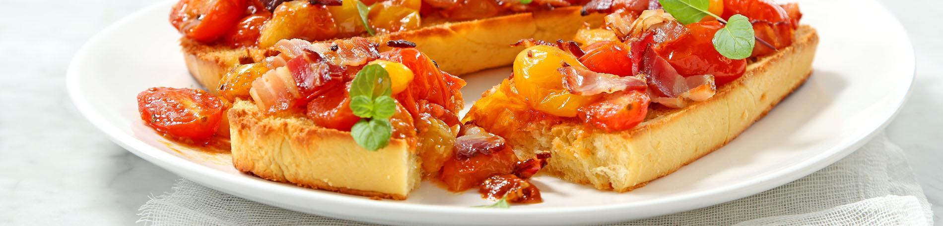 Salteado de tomates y aceto sobre crocante brioche